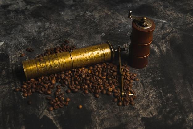 Molinillos cerca de los granos de café