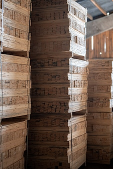 Molino de madera, aserradero. almacenamiento de tablas de madera cepilladas. montones de tablas de madera en el aserradero.