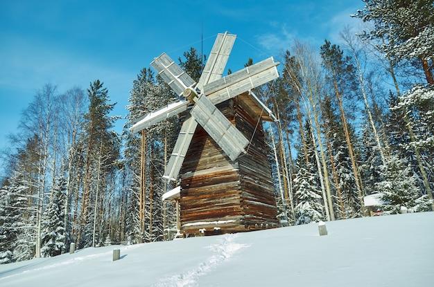 Molino de madera tradicional ruso, malye karely village, región de arkhangelsk, rusia