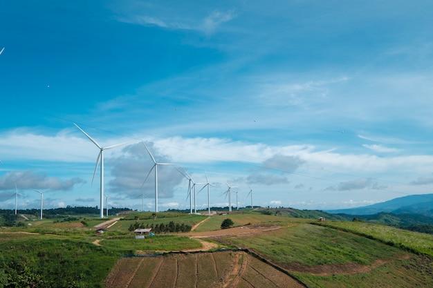 Molino de viento y cielo azul en tailandia