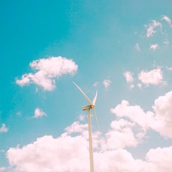 Molino de viento en el fondo del cielo