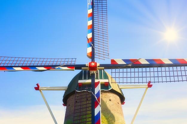 Molino de viento holandés tradicional bajo el cielo azul en holanda, primer plano