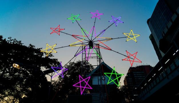 Molino de viento de neón en forma de estrella en un festival