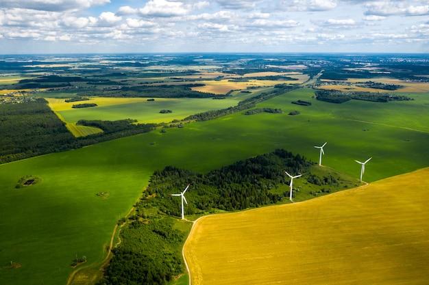 Molinos de viento en los bosques y campos.