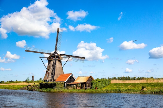 Molinos de viento famosos en la aldea de kinderdijk en holanda. paisaje rural de primavera colorida en países bajos, europa. patrimonio de la humanidad por la unesco y famoso sitio turístico.