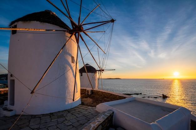 Molinos de viento griegos tradicionales en la isla de mykonos al amanecer, cícladas, grecia