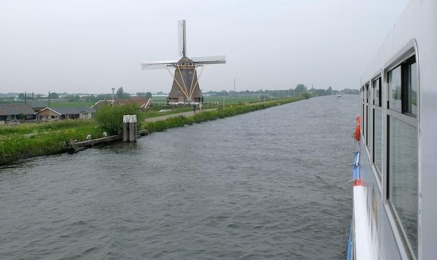 Molinos de viento holandeses en kinderdijk, un famoso pueblo de los países bajos donde se pueden visitar los antiguos molinos de viento tradicionales.