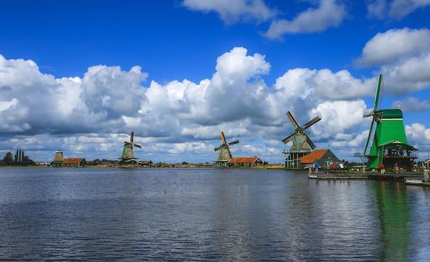 Molinos de viento holandeses tradicionales con canal cerca de amsterdam, holanda