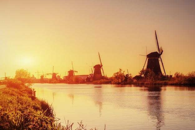 Molinos de viento holandeses tradicionales del canal de rotterdam. holanda