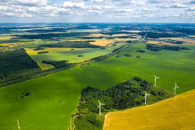 Molinos de viento en la pared de bosques y campos. molino de viento en la naturaleza bielorrusia.