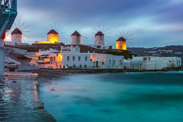 Molinos de viento tradicionales al amanecer, santorini, grecia