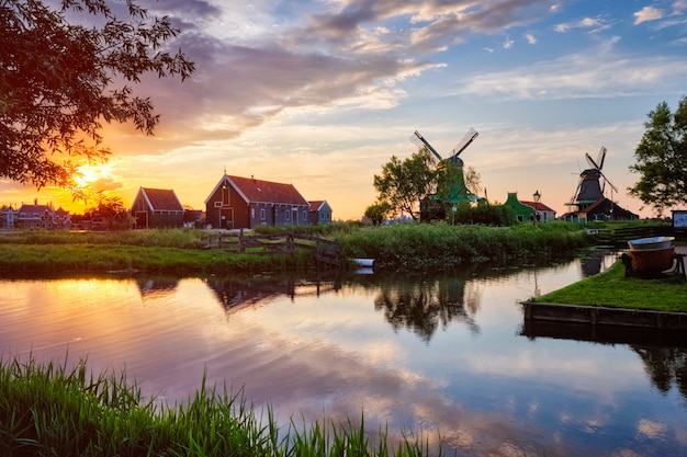 Molinos de viento en zaanse schans en holanda en la puesta del sol. zaandam, nether