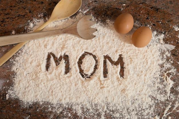 Mom escrito en harina