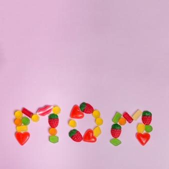 Mom lettering hecho con gominolas