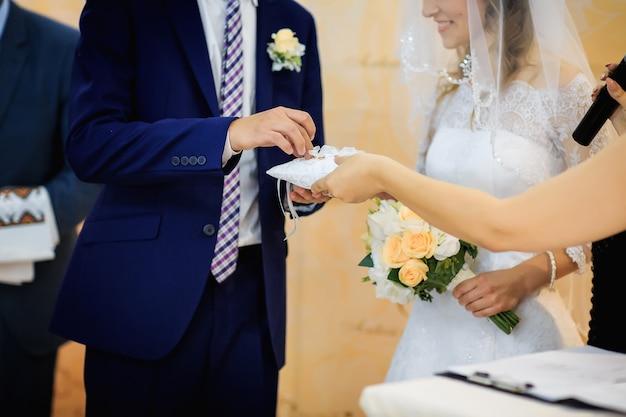 El momento conmovedor de cambiar los anillos de boda de los recién casados.