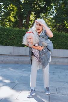 Momento placentero. mujer de edad alegre riendo mientras se divierte junto con su marido