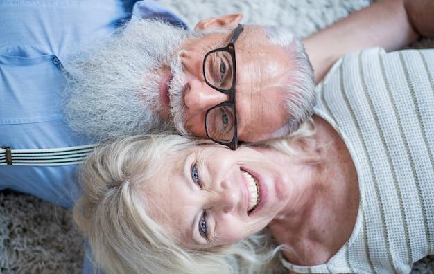 Momentos de estilo de vida de pareja senior en casa