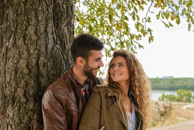 Momentos románticos de los jóvenes enamorados.