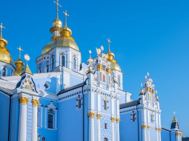 Monasterio de las cúpulas doradas de san miguel. la catedral de san miguel en kiev, ucrania.