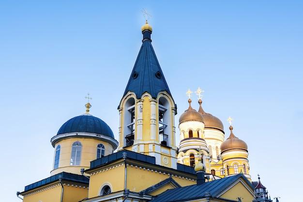 Monasterio de hancu e iglesia contra el cielo azul en moldavia