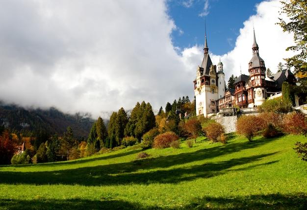 Monasterio histórico de sinaia rodeado de árboles verdes en sinaia, rumania