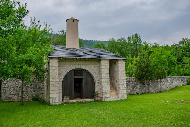 El monasterio medieval de pivsky se encuentra entre las montañas al norte de montenegro.