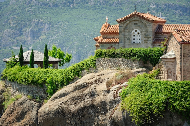 Monasterio de montaña en meteora, grecia