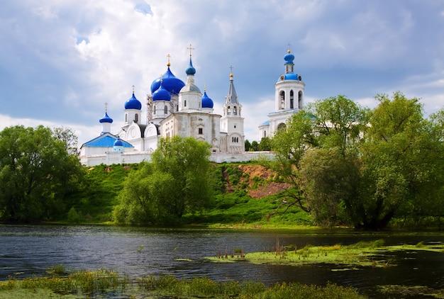 Monasterio ortodoxo en bogolyubovo en verano