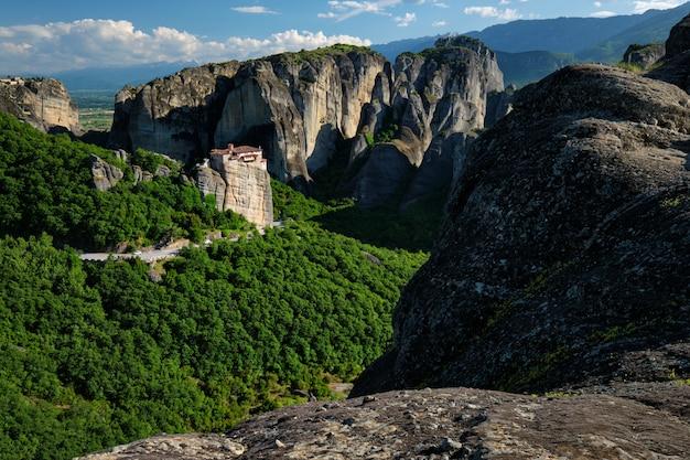 Monasterio de rousanou y monasterio de san esteban en meteora en grecia