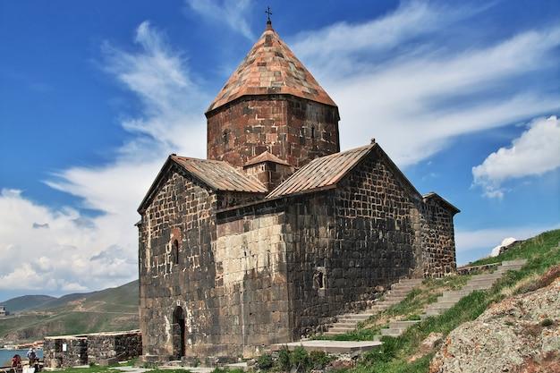 Monasterio sevanavank en el lago sevan, armenia