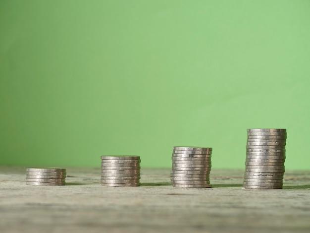 Moneda de apilamiento de mesa de madera.