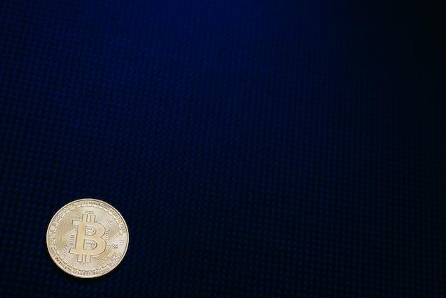 Moneda bitcoin dorada aislada en azul oscuro