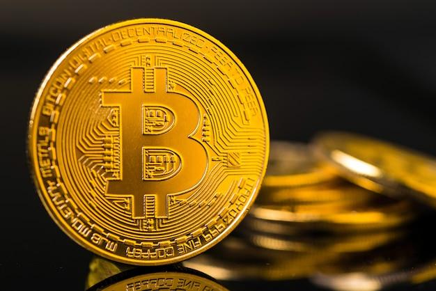 Moneda bitcoin de metal dorado. concepto de criptomoneda de bitcoin