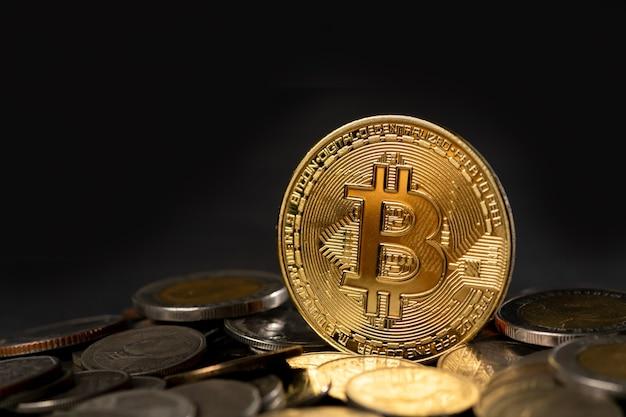 Moneda de bitcoin de oro de cryptocurrency en moneda de baño tailandés, dinero virtual electrónico para banca web y pago de red internacional, concepto de internet de negocios de tecnología de moneda.