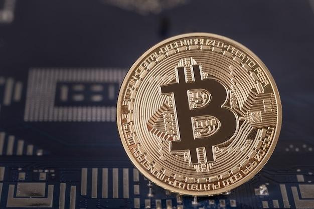 Moneda bitcoin en el primer plano de la placa base. cripto