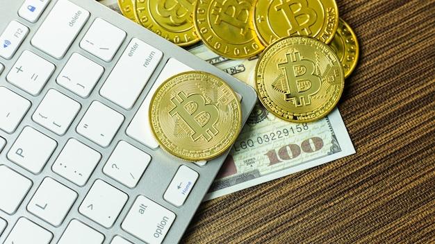 Moneda bitcoin en teclado plateado para contenido de criptomoneda.