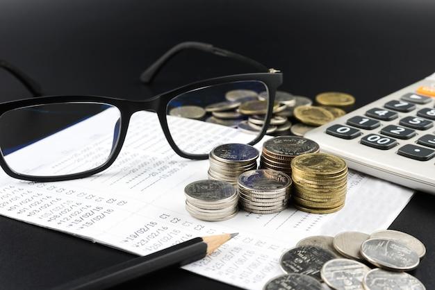 Moneda y calculadora en cuenta bancaria por concepto de finanzas empresariales