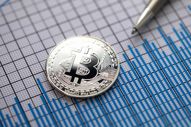 Moneda cripto moneda bitcoin con bolígrafo plateado