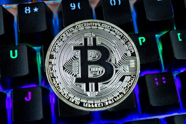 Moneda criptomoneda bitcoin primer plano del teclado codificado por colores.