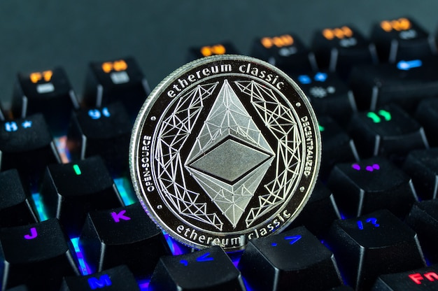 Moneda criptomoneda ethereum clásico primer plano del teclado codificado por colores