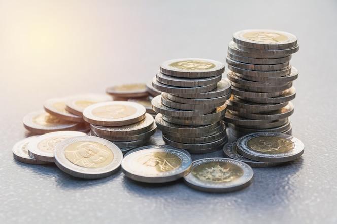 Moneda de la pila del primer con el fondo de la tabla. concepto financiero y de ahorro.