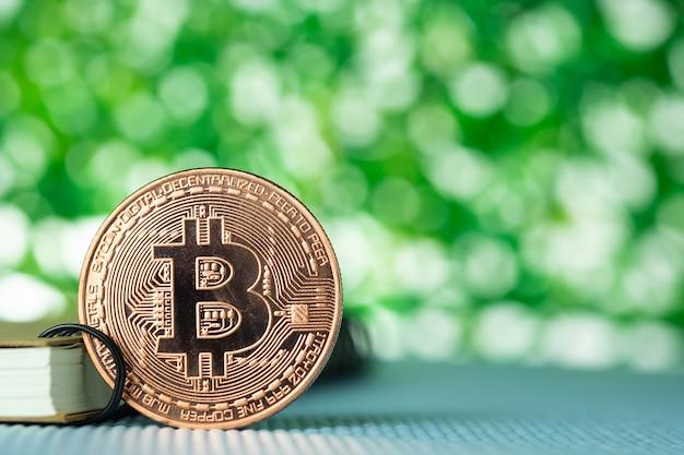 Moneda digital de bitcoin, bit-coin en el fondo borroso verde del bokeh