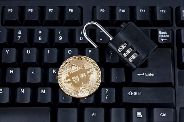 Moneda digital, bitcoin con candado en el teclado