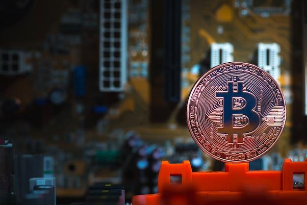 Moneda digital de bitcoin en placa base