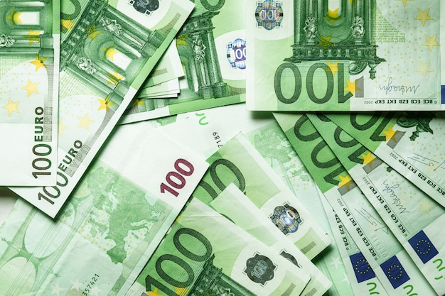 Moneda euro, ofrece 100 billetes de euro en la mesa.