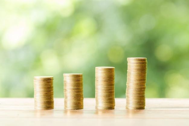 Moneda en mesa de madera en la naturaleza borrosa