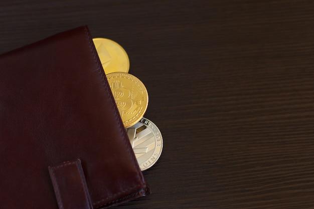 Moneda de moneda crypto en billetera de cuero sobre fondo de madera de madera ancha