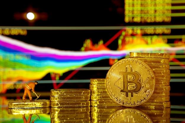 Moneda de oro de bitcoin y fondo de tabla defocused