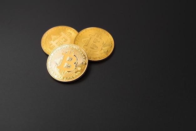 La moneda de oro del bitcoin en nosotros dólares se cierra para arriba. moneda criptográfica electrónica