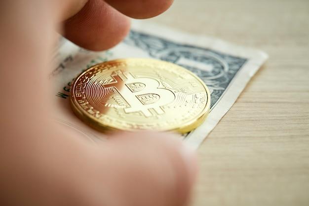 Moneda de oro bitcoin sobre fondo de madera